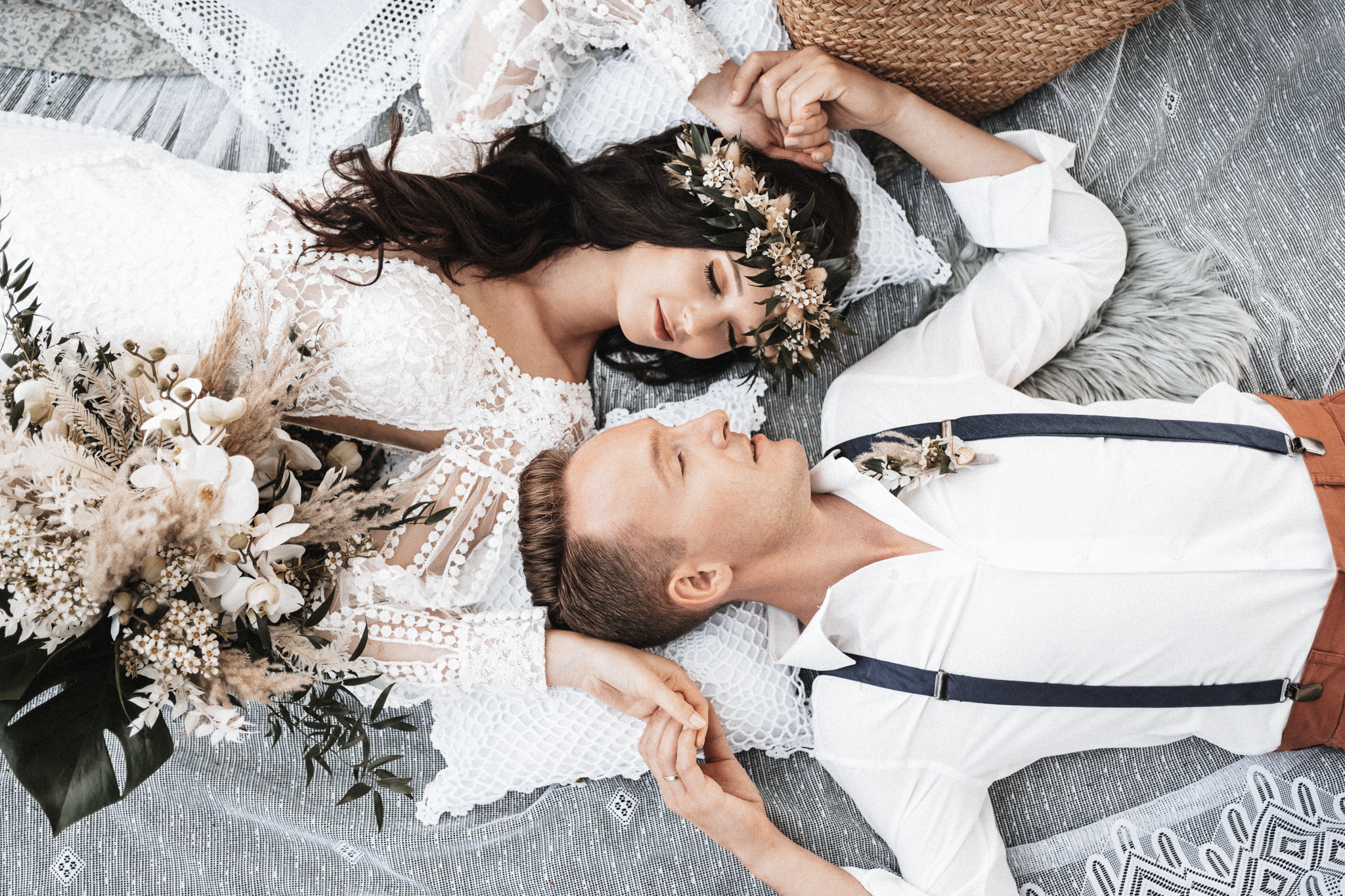 brautatelier ried-styled shooting-fellnerhof-couple-boho-liegend-1