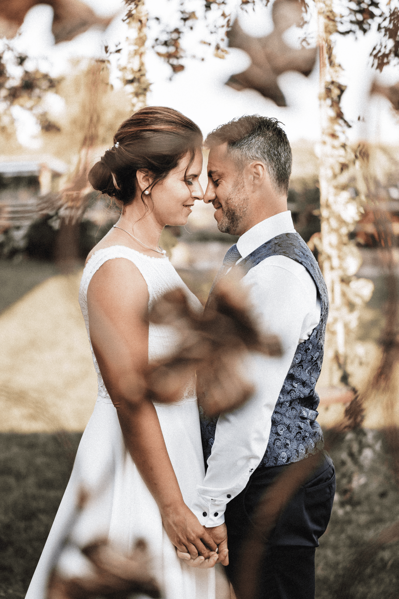 brautatelier-ried-styled shooting-fellnerhof-eva und florian-couple shot-boho-detail-1-min