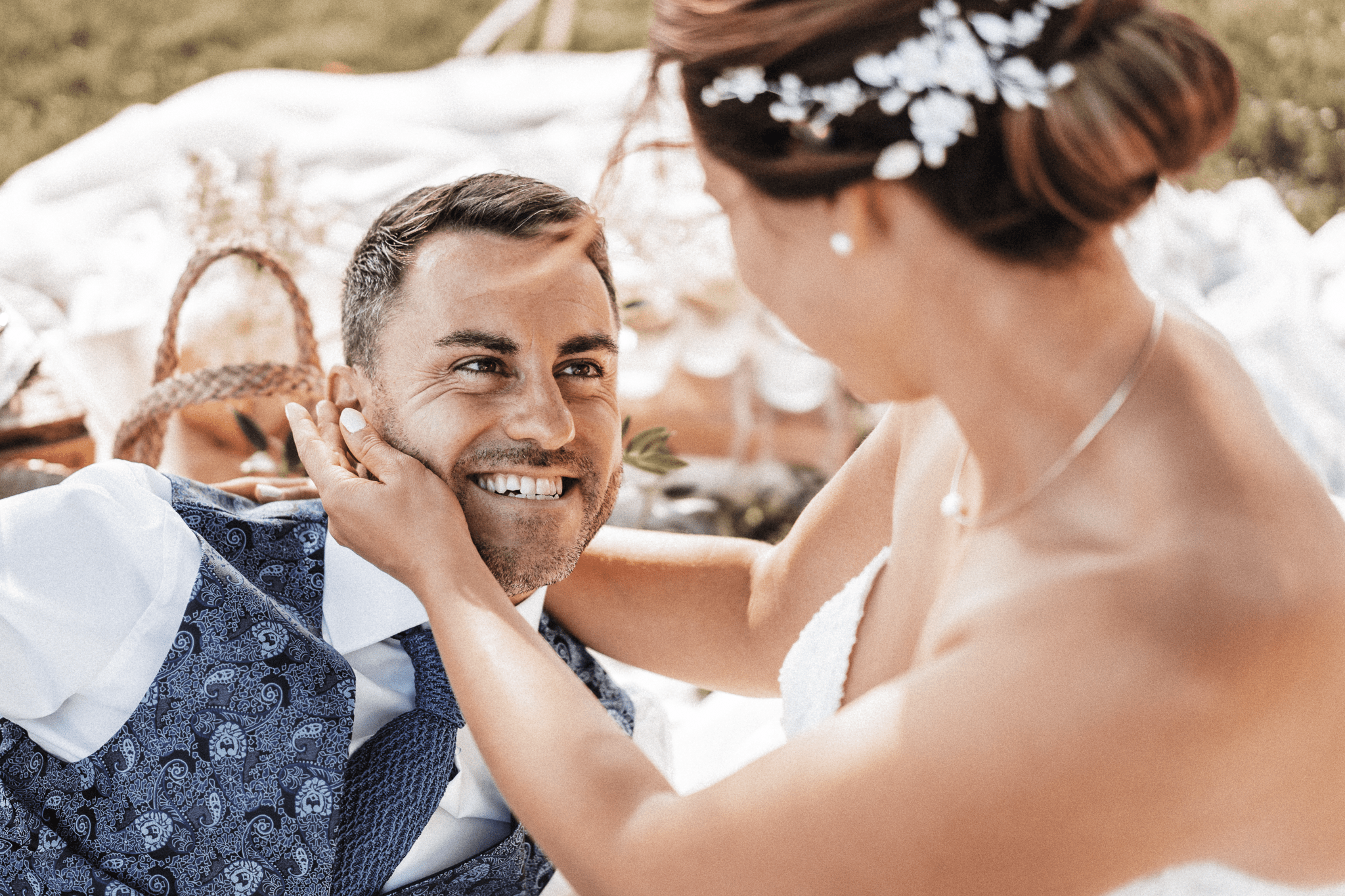 brautatelier-ried-styled shooting-fellnerhof-eva und florian-couple shot-liegend-details-5-min