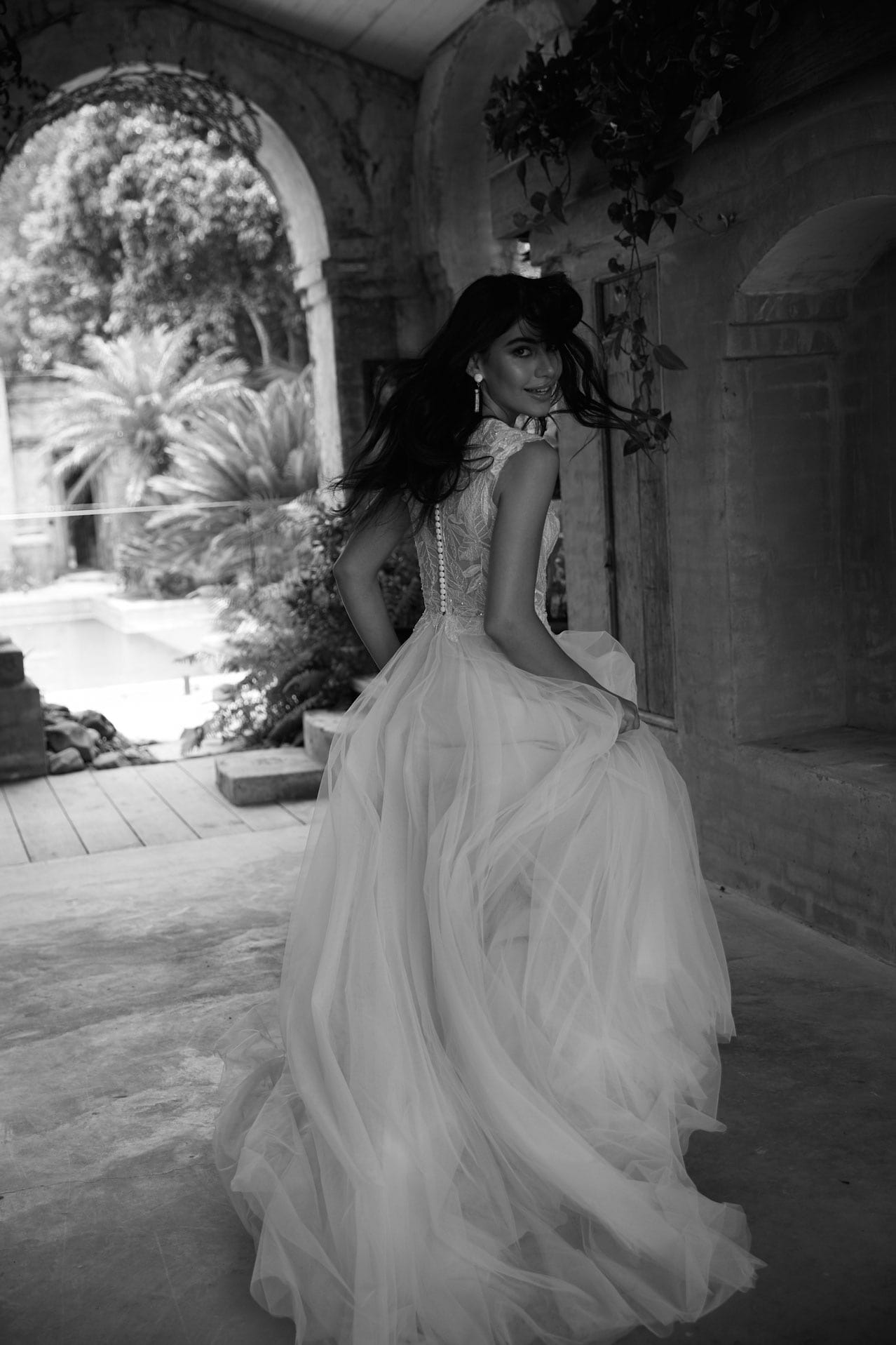 brautatelier ried-Evie Young-Brautkleid-Lake-EY065-Ivory Mocca-Vintage-schwarz weiß-Rücken bewegt-1-min