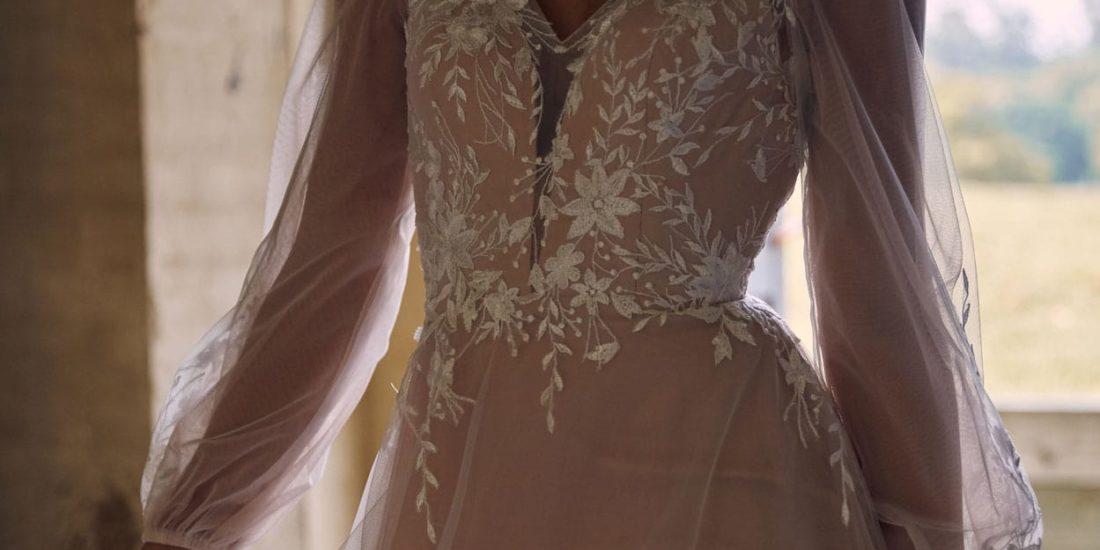 brautatelier ried-evie young-brautkleid-luna-EY006-ivory apricot-vintage-vorne-detailansicht-bewegt-3-min