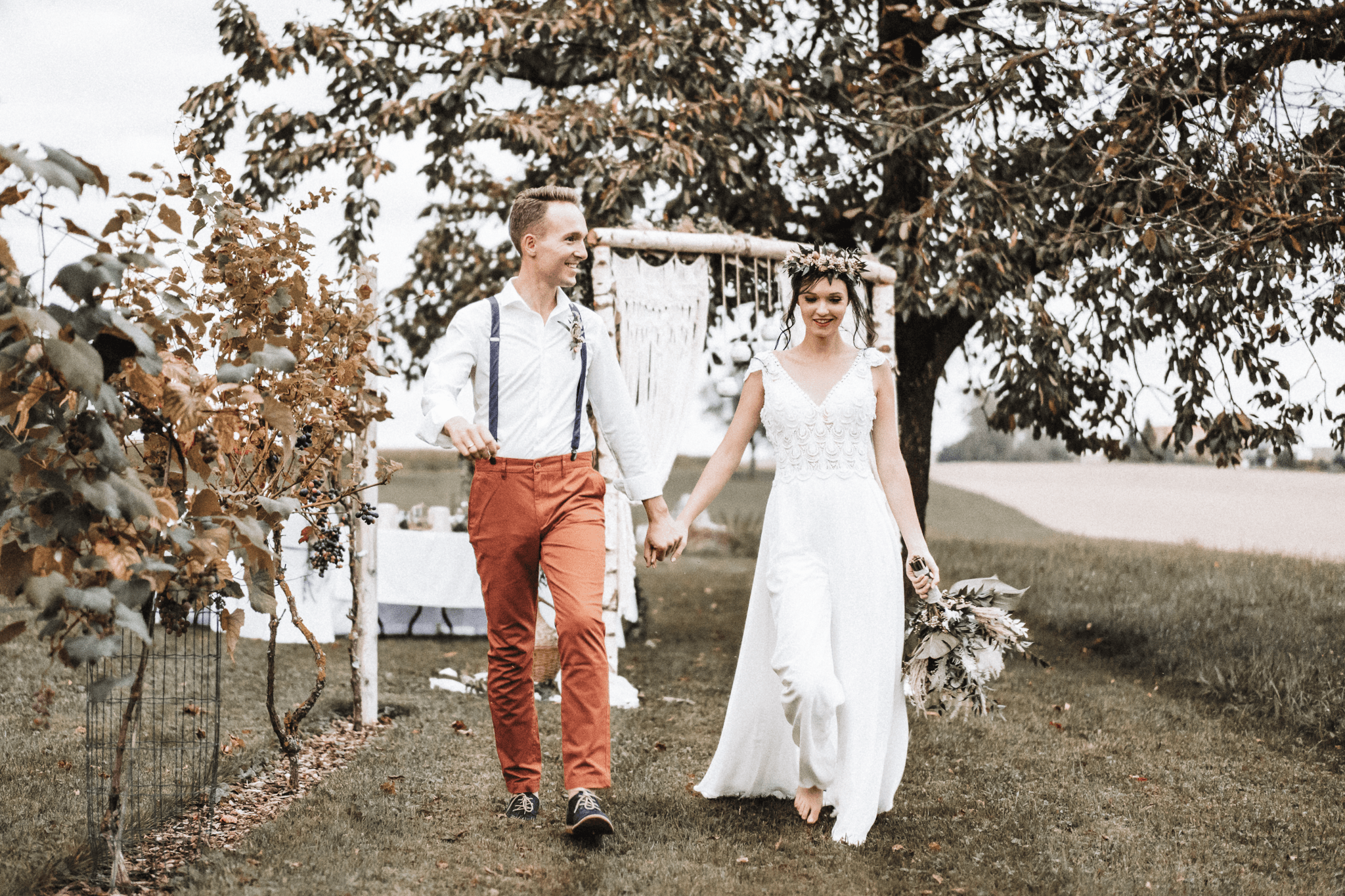 brautatelier ried-styled shooting-fellnerhof-couple 1-boho-laufend-jump suit-1-min