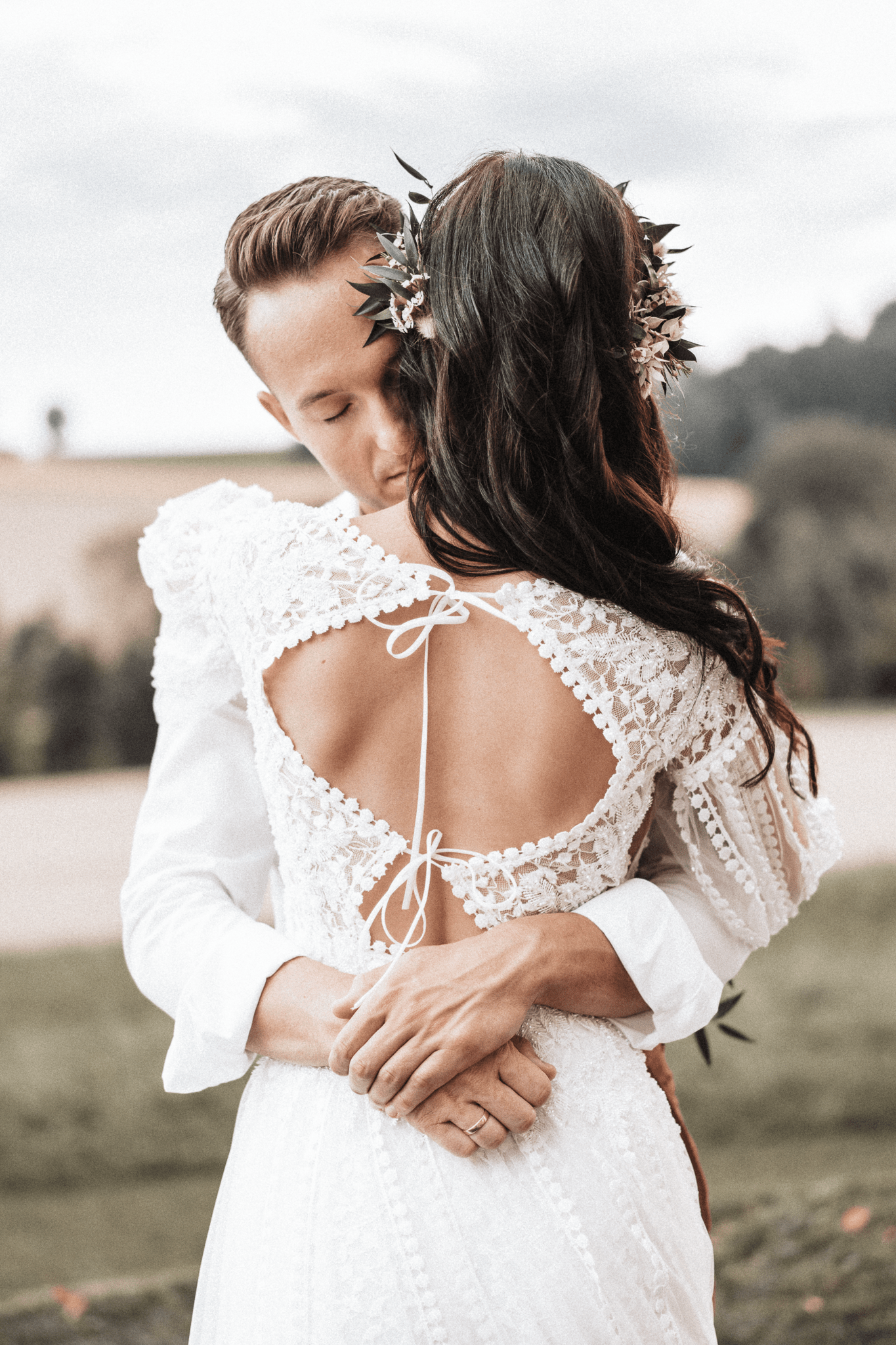 brautatelier ried-styled shooting-fellnerhof-couple-boho-kleid-ruecken-1-min