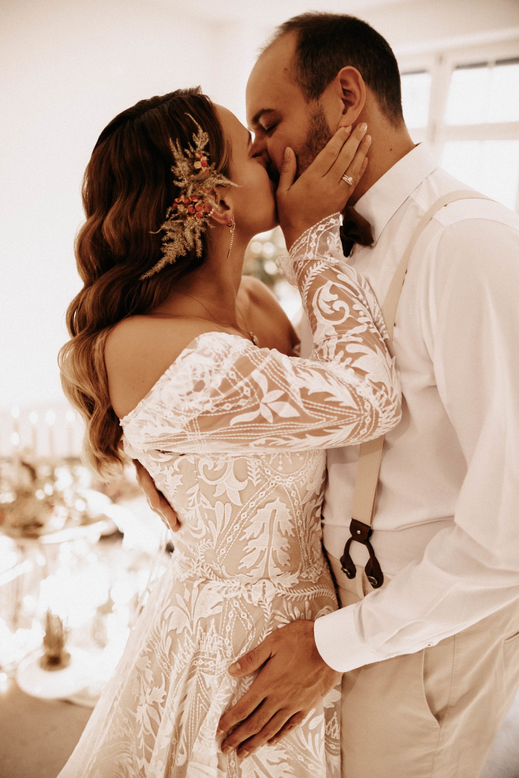 brautatelier ried-styled shooting-muenchen-wedding kiss-1-min